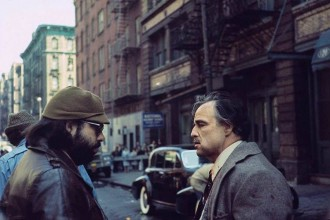 "Francis Ford Coppola y Marlon Brando en el set de ""The Godfather"" (1972)."