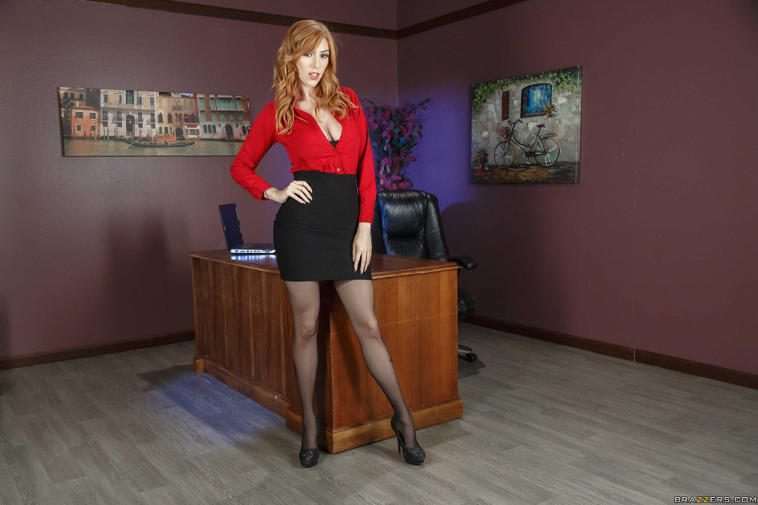 Lauren phillips pelirroja infartante en la oficina for Putas oficina